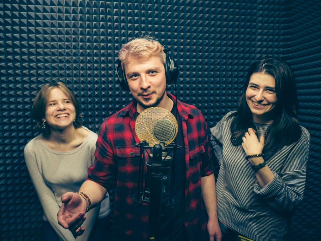 Мужчина и 2 девушки на записи песни в студии